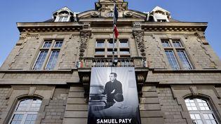 Une photo de Samuel Paty sur le fronton de la mairie de Conflans-Sainte-Honorine (Yvelines), le 3 novembre 2020. (THOMAS COEX / AFP)
