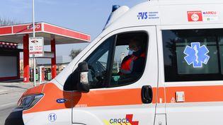 Un ambulancier italien porte un masque à Codogno, au sud-est de Milan, le 22 février 2020. (MIGUEL MEDINA / AFP)