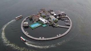 Un Français a eu l'idée de construire à Abidjan (Côte d'Ivoire) une île flottante de 1 000 m2 qui repose sur des milliers de bouteilles en plastique. (france 3)