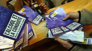 Distribution gratuite d'éthylotests, le 24 décembre 2004 à Caen (Calvados), dans le cadre d'une campagne de prévention contre l'alcool au volant. (MYCHELE DANIAU / AFP)