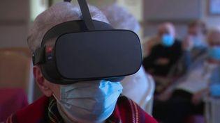 Une maison de retraite propose à ses résidents d'explorer le monde sans bouger, grâce à des casques de réalité virtuelle. (France 2)