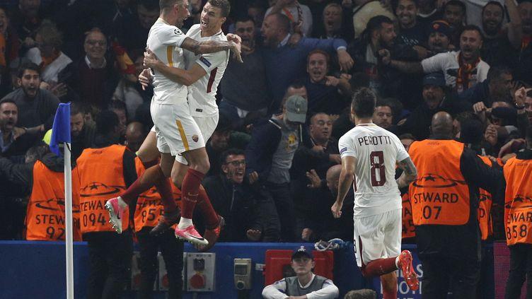 Edin Dzeko, l'attaquant de la Roma, congratulé dans ls airs par son coéquipier Aleksandar Kolarov après son but somptueux à Chelsea sous les yeux de Perotti (ADRIAN DENNIS / AFP)