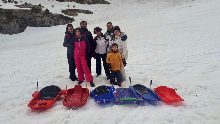 Faute de remontées mécaniques, Morgane et ses amis ont choisi la luge et profitent du peu de vacanciers pour dévaler la piste àLa Pierre Saint Martin, le 5 février 2021. (FARIDA NOUAR / RADIO FRANCE)
