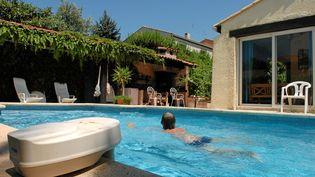 Il faut compter 27 euros la demi-journée par personne pour louer une piscine sur la plate-forme Swimmy. (MAXPPP)