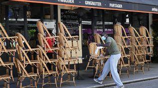 La terrasse fermée d'un restaurant, à Paris, le 17 mars 2020. (BERTRAND GUAY / AFP)