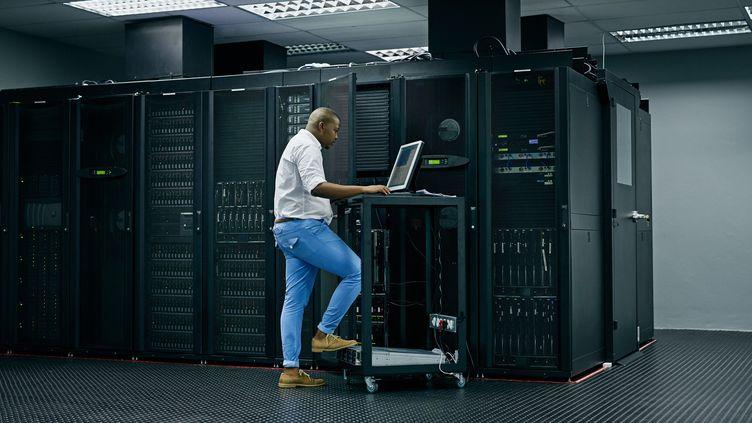 Un technicien dans un data center. Illustration (GETTY IMAGES)