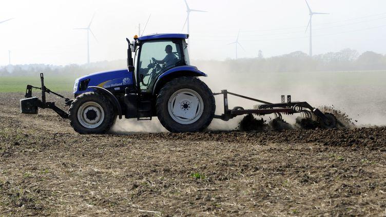 Un agriculteur travaille son champs, à Mordelles près de Rennes (Île-et-Vilaine), le 28 mars 2012. (Photo d'illustration) (DAMIEN MEYER / AFP)