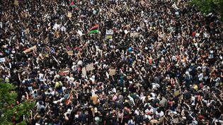 Plusieurs milliers de manifestants se sont réunis à Paris pour protester contre le racisme et les violences policières samedi 13 juin 2020. (ANNE-CHRISTINE POUJOULAT / AFP)