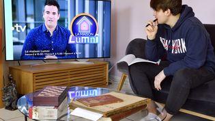 """Un adolescent de 14 ans regarde l'émission """"La maison Lumni"""" sur France 4, pendant le confinement, à Nancy (Meurthe-et-Moselle), le 24 mars 2020.  (MAXPPP)"""