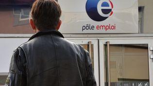 Un homme devant l'entrée d'une agence Pôle emploi, le 24 octobre 2017. (MAXPPP)