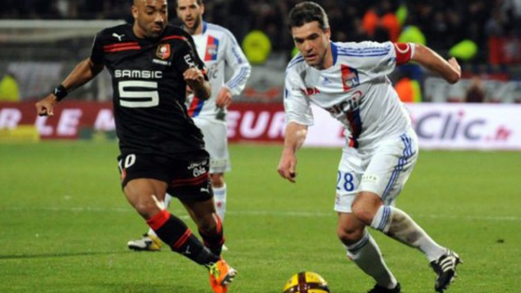 Jérémy Toulalan (Lyon) aux prises avec Stéphane Dalmat (Rennes).