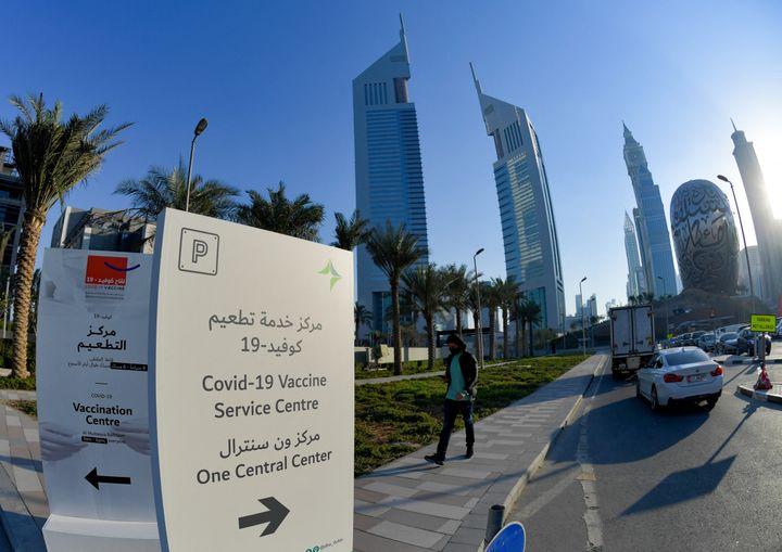 Un panneau indiquant l'emplacement d'un centre ce vaccination contre le coronavirus au centre financier de Dubaï, le 3 février 2021. (KARIM SAHIB / AFP)