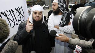 Le leader du groupe Forsane Alizza,Mohamed Achamlane, s'exprime devant la presse lors d'une manifestation à Nantes (Loire-Atlantique), le 21 novembre 2011. ( STEPHANE MAHE / REUTERS)