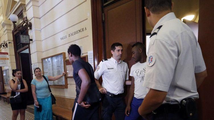 Des personnes sortent de l'audience en comparution immédiate après les violences de Trappes, au tribunal de Versailles (Yvelines), le 22 juillet 2013. (FRANCOIS GUILLOT / AFP)