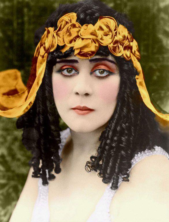 """Theda Bara dans """"Cléopatre"""" (1917) de J. Gordon Edwards  (Wolf Tracer Archive / Photo12)"""