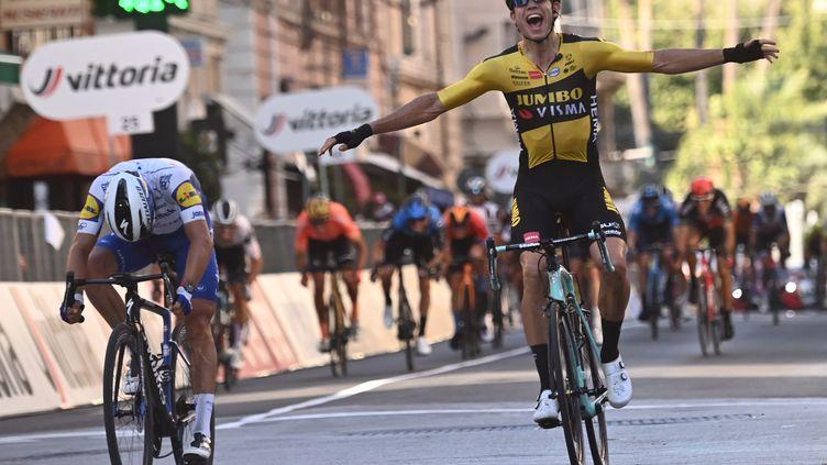 Wout Van Aert devance Julian Alaphilippe sur Milan - San Remo 2020. (MARCO BERTORELLO / AFP)