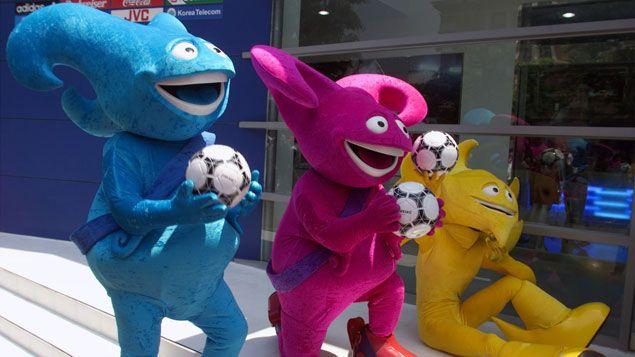 (Kaz, Nik et Ato, les trois mascottes de la Coupe du Monde 2002 © Reuters/)