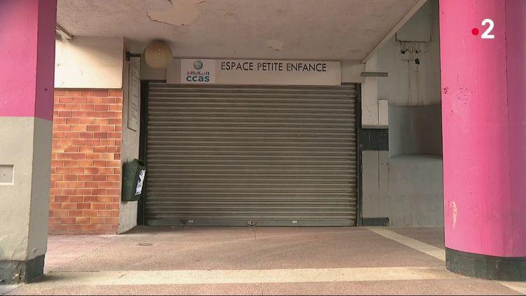 A Grenoble (Isère), une crèche a dû fermer sous la menace des dealers situés à proximité. Les équipes de France Télévisions se sont rendues sur place, où une enquête est en cours afin d'identifier les dealers. (FRANCE 2)