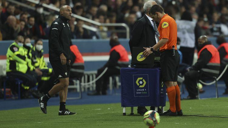 Lors de la rencontre PSG-Angers, vendredi 15 octobre, Monsieur Dechepy a accordé un pénalty litigieux après l'intervention de la VAR. (SEBASTIEN MUYLAERT / MAXPPP)
