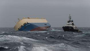 """Le cargo """"Modern Express"""" remorqué le 1er février au large des Landes. (BERNARDIN / MARINE NATIONAL / SIPA)"""