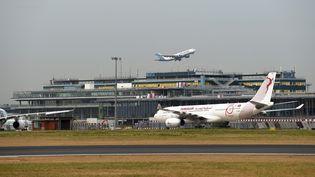 Un avion décolle de l'aéroport Paris-Orly, le 27 août 2019. (ERIC PIERMONT / AFP)