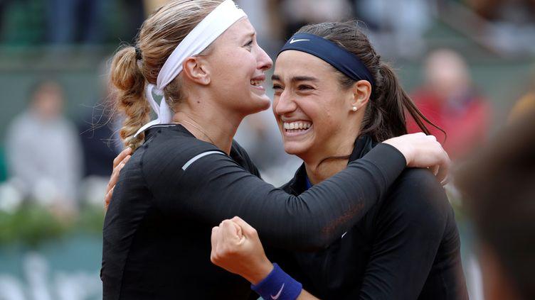 Les FrançaisesKristina Mladenovic etCaroline Garcia célèbrent leur victoire en double à Roland-Garros, le 5 juin 2016. (THOMAS SAMSON / AFP)