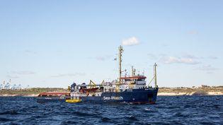 """Le navire """"Sea-Watch"""", qui a secouru des migrants en Méditerranée, est bloqué au large des côtes de Malte, le 4 janvier 2019. (FEDERICO SCOPPA / AFP)"""