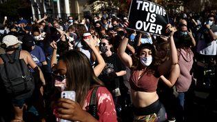 Scène de joie dans les rues de Washington après la victoire de Joe Biden à la présidentielle américaine, le 7 novembre 2020. (HANNAH MCKAY / REUTERS)