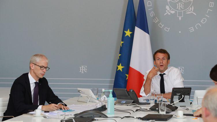 Le président Emmanuel Macron et le ministre de la Culture Franck Riester présentent des mesures pour la culture. (LUDOVIC MARIN / POOL)