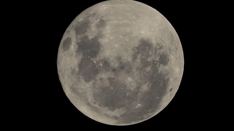 La Lune vue de Sao Paulo (Brésil), le 16 mars 2014. (WILLIAM VOLCOV / BRAZIL PHOTO PRESS / AFP)