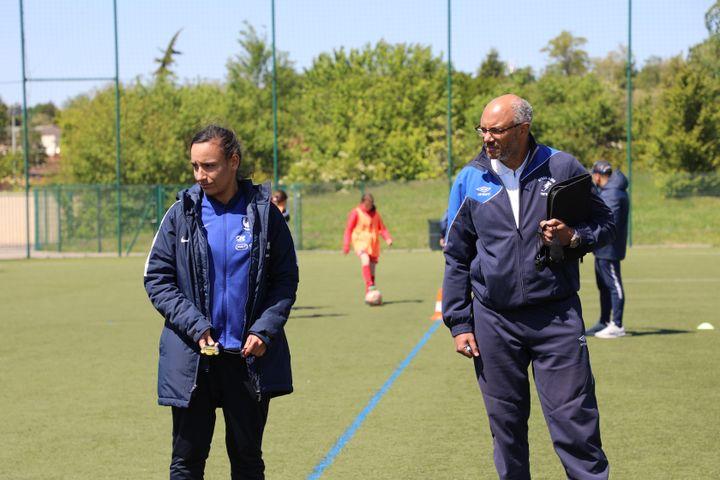 Rachida Majr et Dervil Argyre font passer des tests à des joueuses de football à Genas (Rhône), le 15 mai 2019. (ELISE LAMBERT/FRANCEINFO)