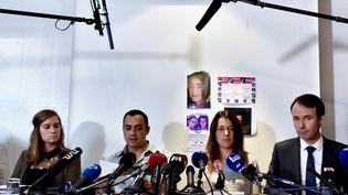 Les parents de Maëlys et leur avocat (à droite), le 28 septembre 2017 à Villeurbanne (Rhône). (JEFF PACHOUD / AFP)