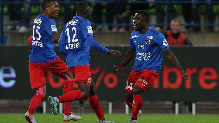 Jeff Louis (à droite) a offert la victoire à Caen, qui s'installe sur le podium de la Ligue 1 (CHARLY TRIBALLEAU / AFP)