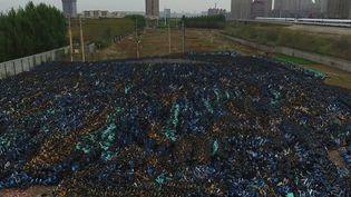 Des milliers debicyclettessont à l'abandon dans des grands cimetières en Chine, après la faillite de nombreuses entreprises. (CAPTURE ECRAN FRANCE 2)