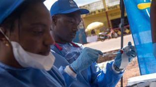 Des infirmiers, lors d'une campagne de vaccination contre le virus Ebola, dans la ville de Mbandaka en République démocratique du Congo, le 21 mai 2018. (JUNIOR D. KANNAH / AFP)