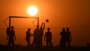 Un match de foot sous la chaleur à Nasiriyah en Irak. Photo d'illustration. (ASAAD NIAZI / AFP)