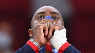 Teddy Riner savoure sa médaille de bronze, conquise à Tokyo le 30 juillet 2021, sa quatrième médaille olympique en carrière. (FRANCK FIFE / AFP)