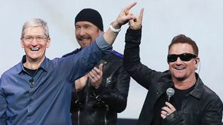 Tim Cook et Bono (avec The Edge au second plan) le 9 septembre à la conférence de rentrée d'Apple près de San Francisco.  (Justin Sullivan/ Getty Images / AFP)