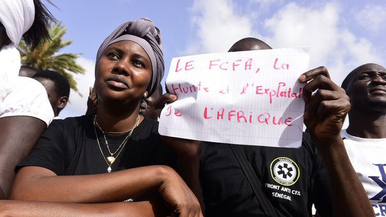 En septembre 2017 à Dakar, des manifestants réclament l'abandon du franc CFA, monnaie jugée néo-coloniale. (SEYLLOU / AFP)