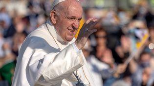 Le pape François salue les fidèles alors qu'il arrive pour célébrer une messe en plein air au sanctuaire national de Sastin-Straze(Slovaquie), le 15 septembre 2021. (TOMAS BENEDIKOVIC / AFP)