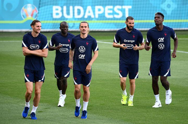 Adrien Rabiot, N'Golo Kanté, Antoine Griezmann, Karim Benzema et Paul Pogba (de gauche à droite) à l'entraînement, dimanche 20 juin, à Budapest. (FRANCK FIFE / AFP)