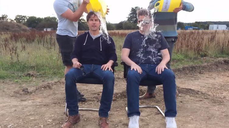 """Capture d'écran du défi """"Ice Bucket"""" de l'acteur Tom Cruise (G) et du réalisateur Chris McQuarrie, le 20 août 2014. (YOUTUBE)"""