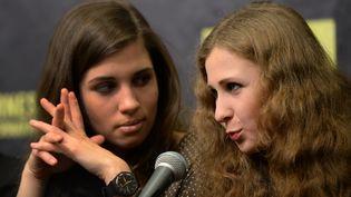 Nadejda Tolokonnikova(G) and Maria Alekhina, deux Pussy Riot, à New York (Etats-Unis), le 5 février 2014. (DON EMMERT / AFP)