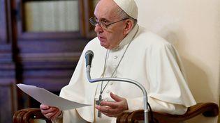 Le pape François lors d'une audience privée au Vatican, le 28 avril 2021. (VATICAN MEDIA / AFP PHOTO)