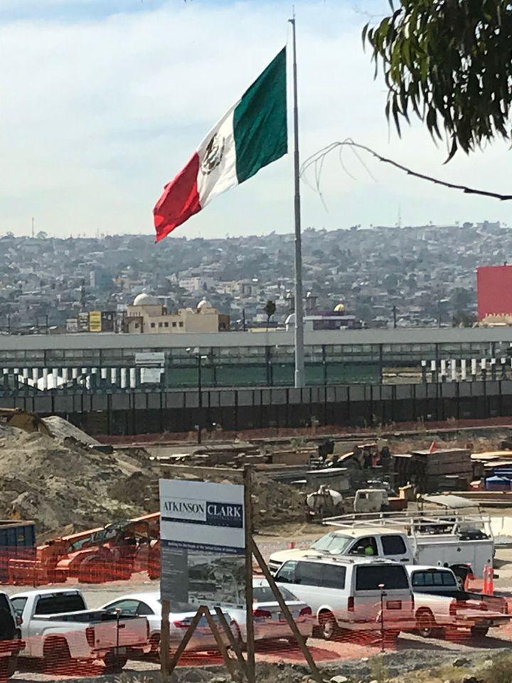 La frontièreavec la Mexique, longue de 3 200 kilomètres, a déjà une barrière, discontinue, faite de grillages ou de clôtures.Mais ce que veut Donald Trump, c'est un vrai mur. (GREGORY PHILIPPS / RADIO FRANCE)