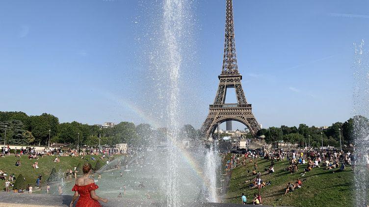 La fontaine du Trocadéro en pleine canicule à Paris. (JULIEN PASQUALINI / FRANCE-INFO)