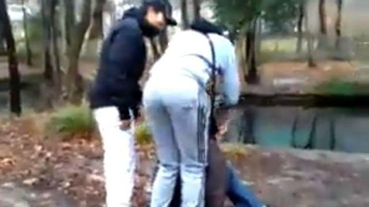 Capture d'écran de la vidéo mise en ligne par les agresseurs d'un jeune déficient mental, près de Grenoble (Isère), le 2 février 2014. ( FRANCE 3 ALPES)