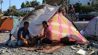 L'aide se fait rare à Kos (Grèce). Seules deux organisations, MSF et la Croix-Rouge, sont présentes sur l'île, secondées par quelques touristes et habitants qui s'improvisent humanitaires. (BENOIT ZAGDOUN / FRANCETV INFO)