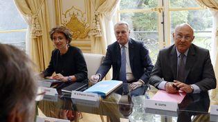 Le Premier ministre, Jean-Marc Ayrault (au c.), aux côtés de la ministre de la Santé et des Affaires sociales, Marisol Touraine (à gauche), et du ministre du Travail, Michel Sapin, le 27 août 2013, à Matignon. (BERTRAND GUAY / AFP)