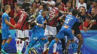 Des affrontements entre les joueurs de l'Olympique de Marseille et les supporters de l'OGC Nice lors du match opposant les deux équipes de Ligue 1 le 22 août 2021. (VALERY HACHE / AFP)